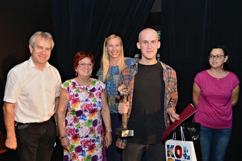 Zwycięzca konkursu Szczepan Czaplewski wraz z Jarosławem Gajewski, Heleną Elert, Magdaleną Warzechą i Katarzyną Pechman