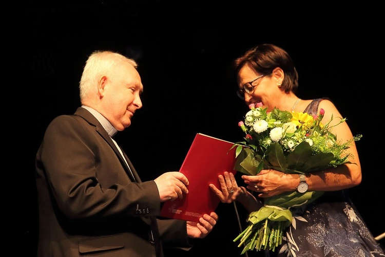 Ks.Henryk Romanik wręcza Katarzynie Pechman List Gratulacyjny.Fot. Katarzyna Matejek (GN)