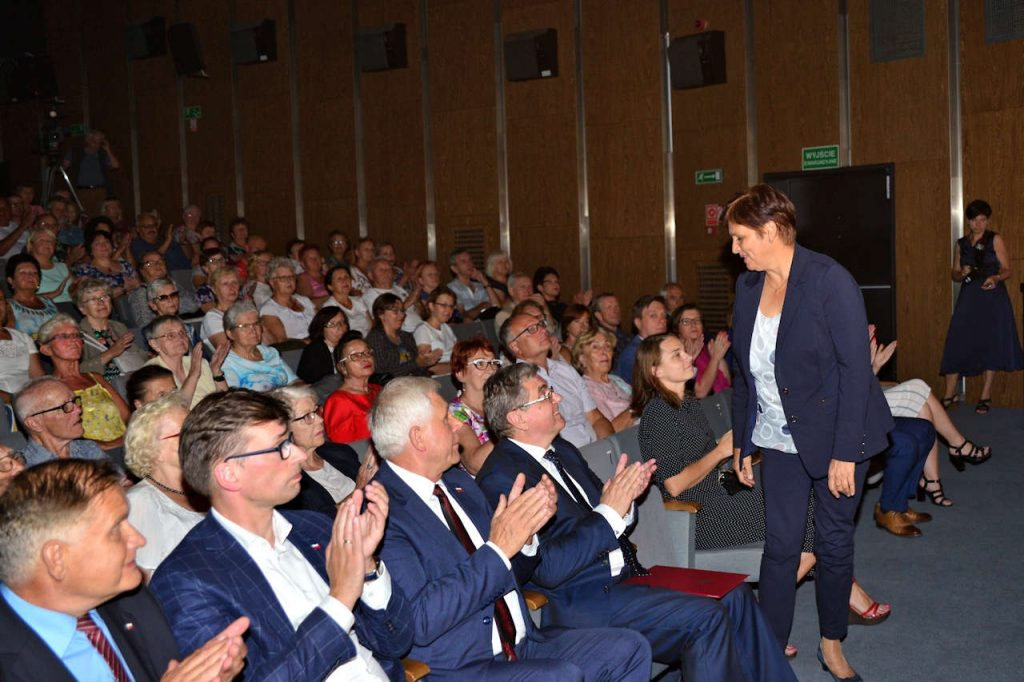 Publiczność wita Panią Minister Szymańską