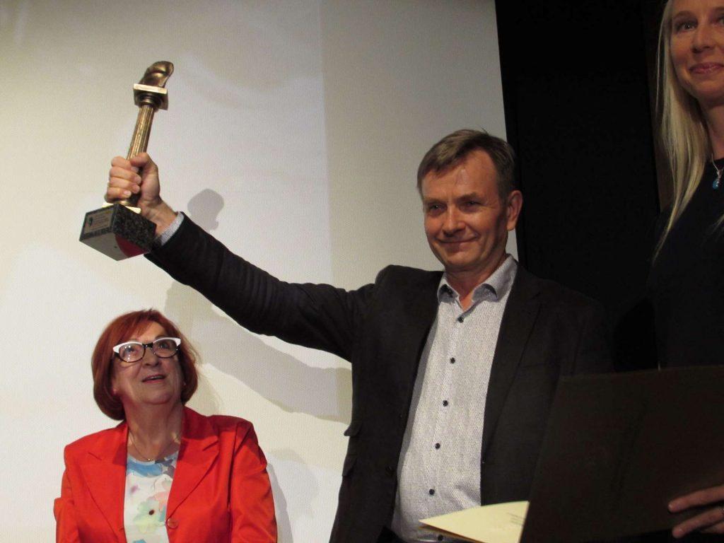 Za chwilę statuetka z brązu Herbetiady, którą prezentuje członek jury Aleksander Trąbczyński trafi w ręce zdobywcy Grand Prix